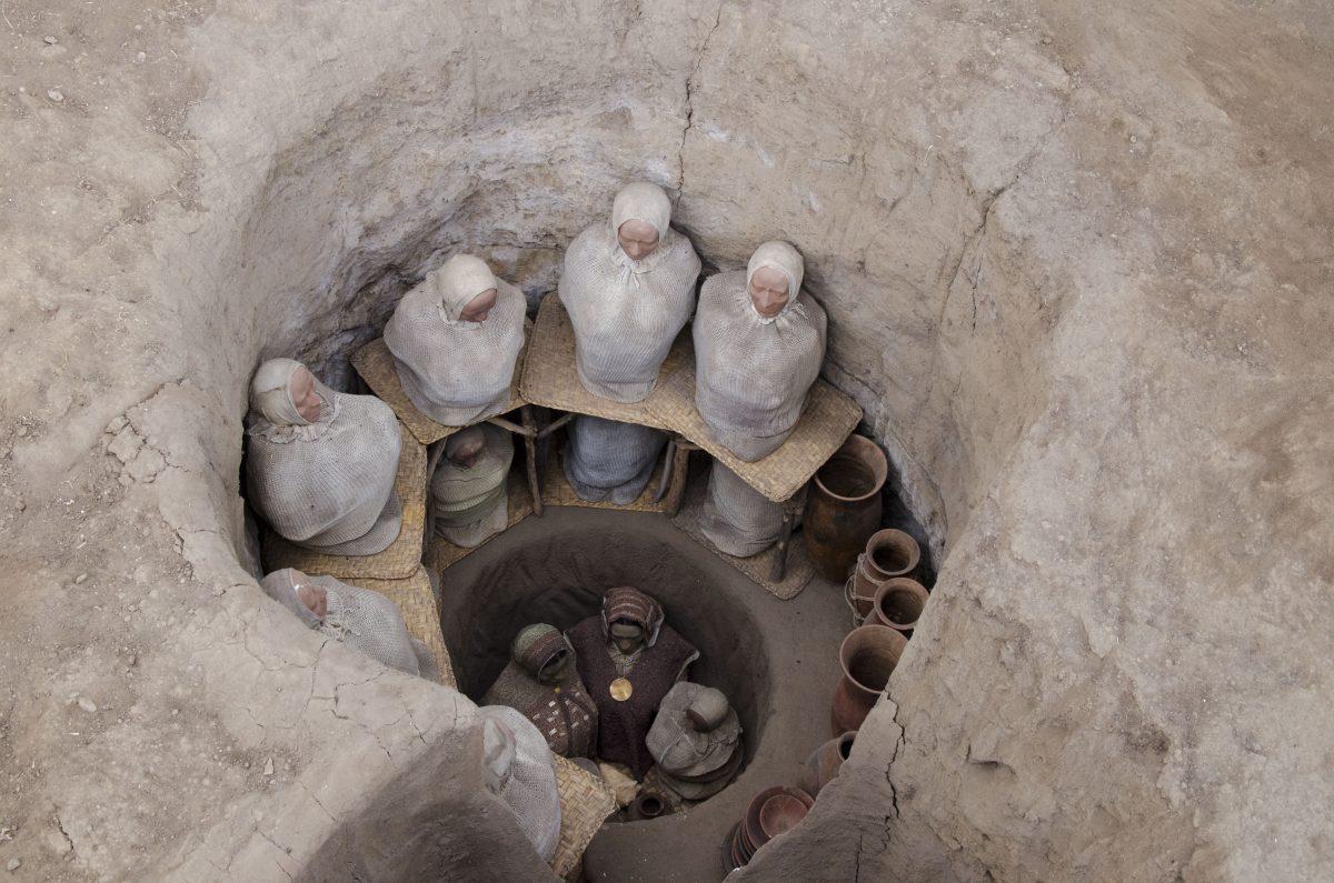 Reconstruction of the burial of a high ranking family; Florida Museum, Quito, Ecuador | ©Angela Drake