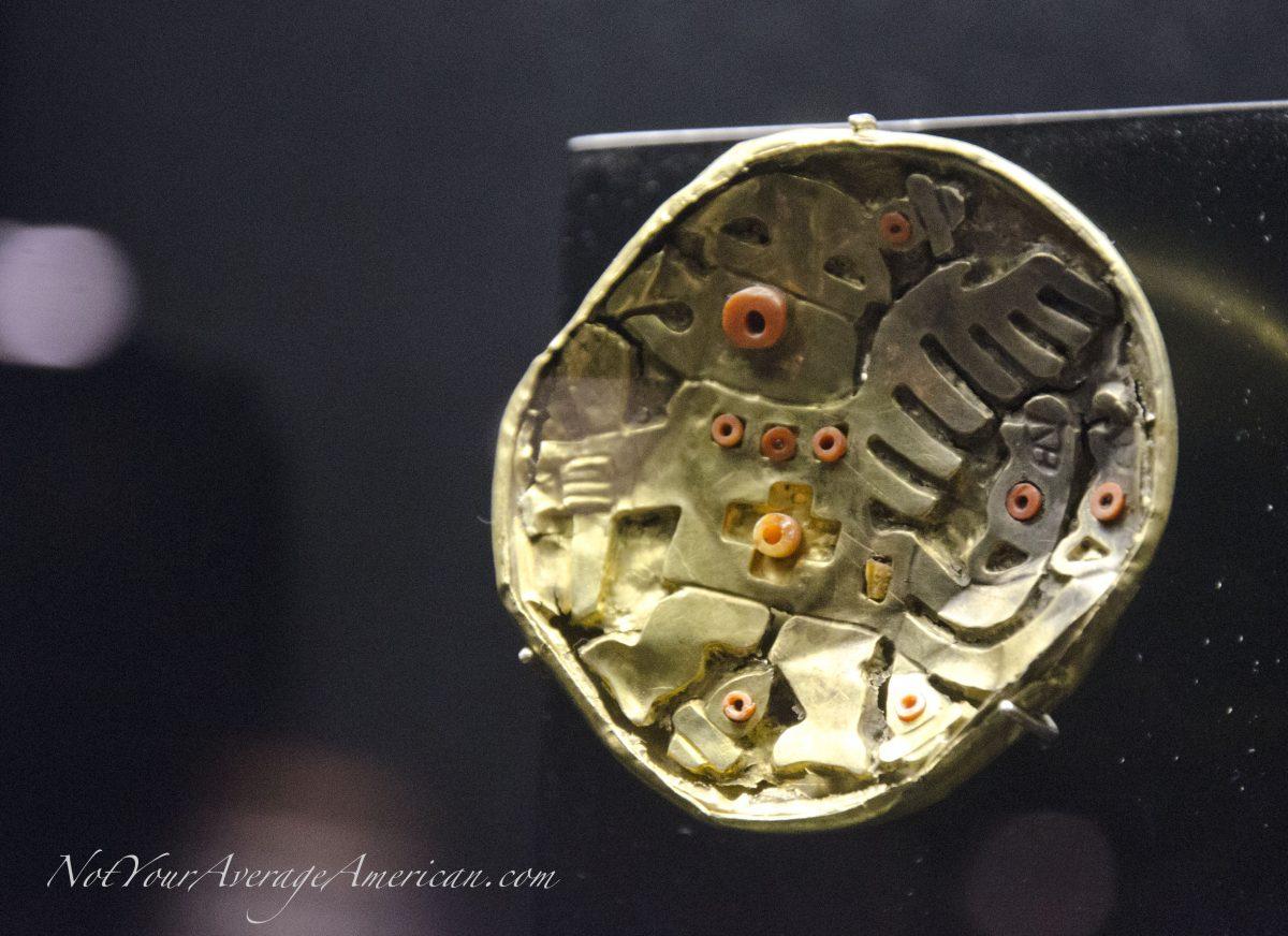 A gold piece inlaid with the spondylus shell; Museo Nacional, Casa de la Cultura, Quito, Ecuador | © Angela Drake
