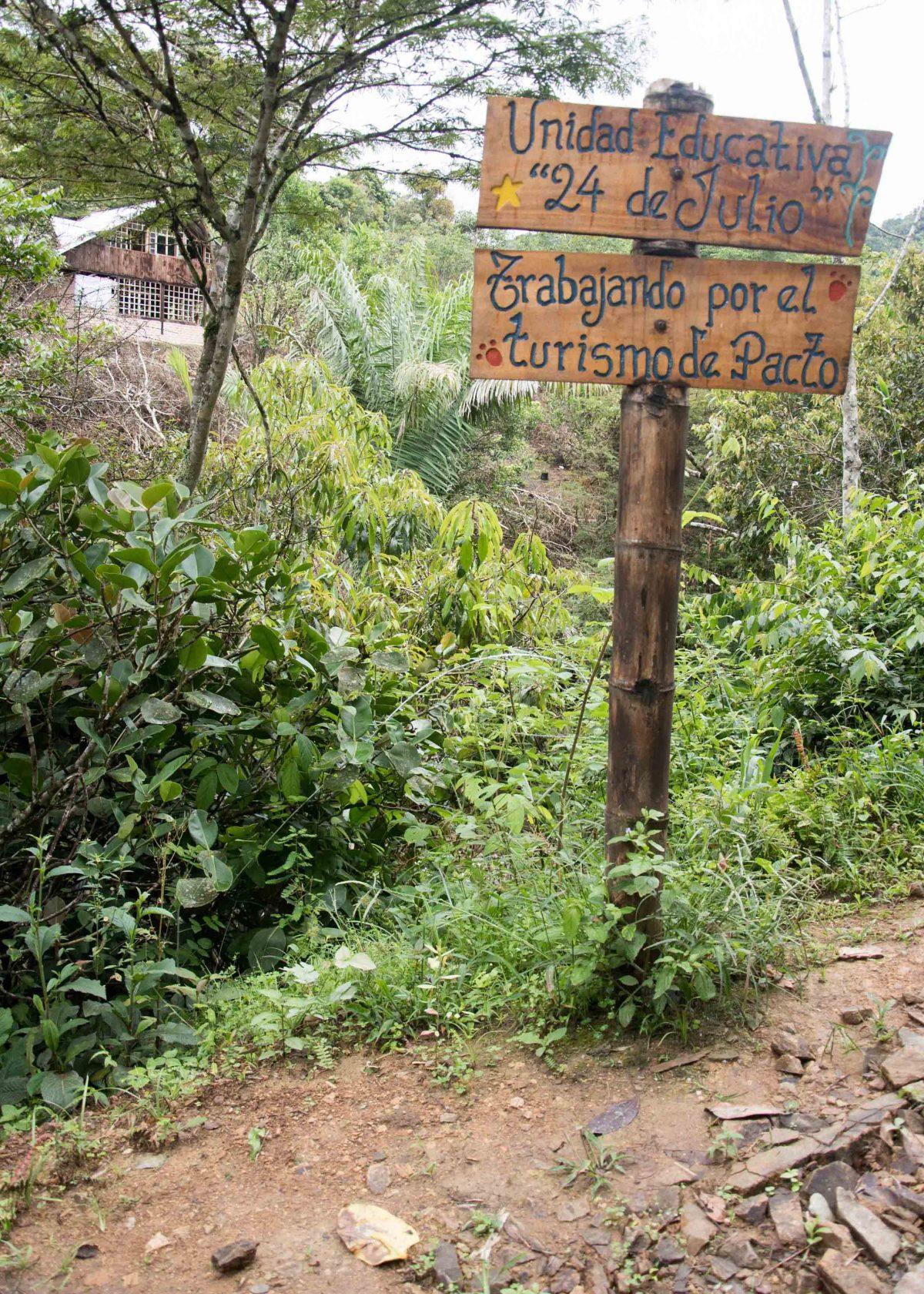 Sign on the trail, Cascada Gallo de la Peña, Pacto, Ecuador