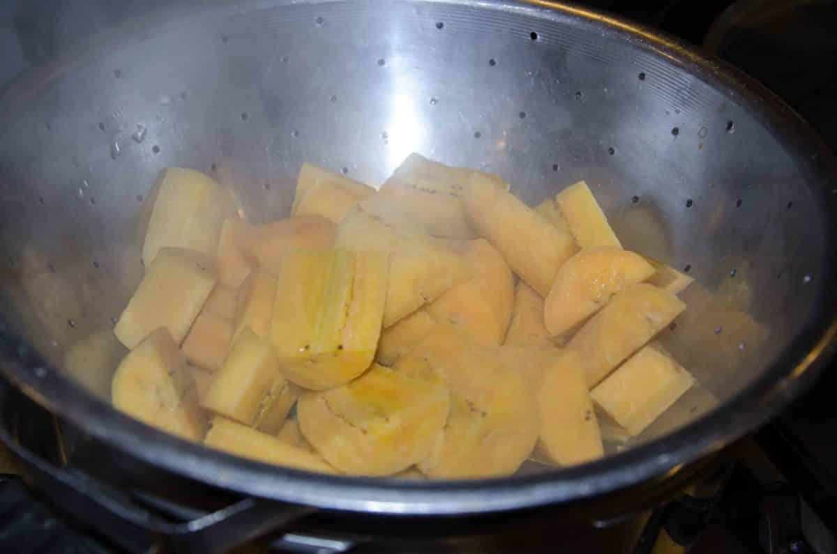 Drain the plantains and let cool; recipe for Bolón de Verde