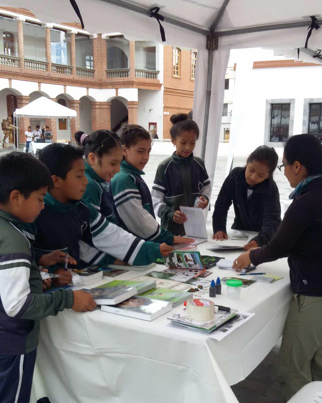 Estudiantes ecuatorianos admiran los guías del campo