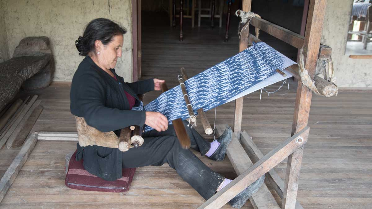 Ana María Ulloa demonstrates weaving a shawl on the loom; La Casa de la Macana, Gualaceo, Ecuador | ©Angela Drake
